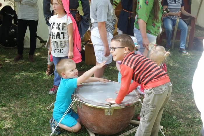 Особенно много шума и веселья доставляла детям игра с барабаном