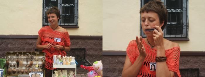 Алёна Гембицкая играет на варгане на улице Толстого