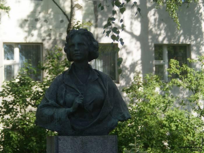 Памятник во дворе 31 школы в Витебске.