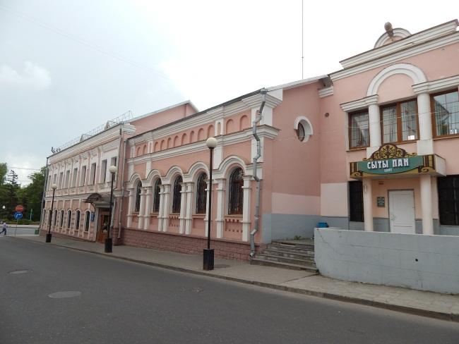 В старинных зданиях банк и кафе.