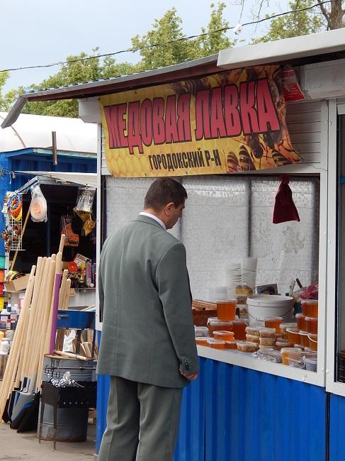 На рынках тоже продают мед.