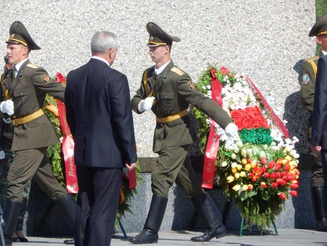 Солдаты чтут память о погибших на войне.