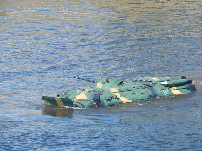 На таком танке можно смело переправляться на берег.