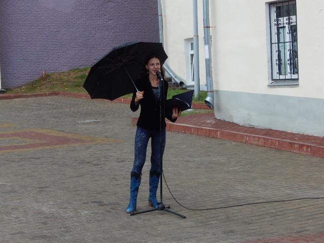 Поэтесса под дождем.