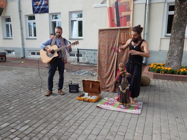 Николай и Денис - вольные актеры.