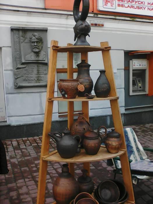 Изящная керамика на деревянной этажерке