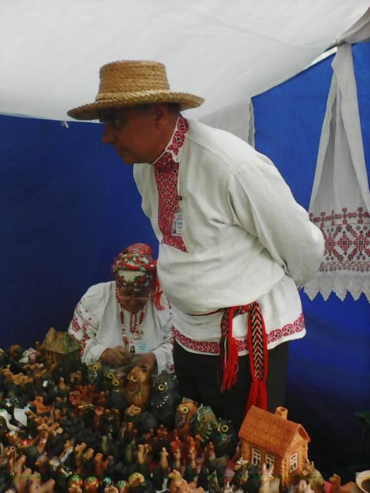 Народный Мастер Вячеслав Яковенко уверен - в простенькой глиняной игрушке душа белорусского народа