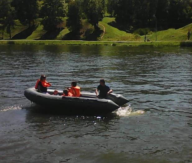 Не успела уплыть одна лодка, как уже готовится к отплытию вторая