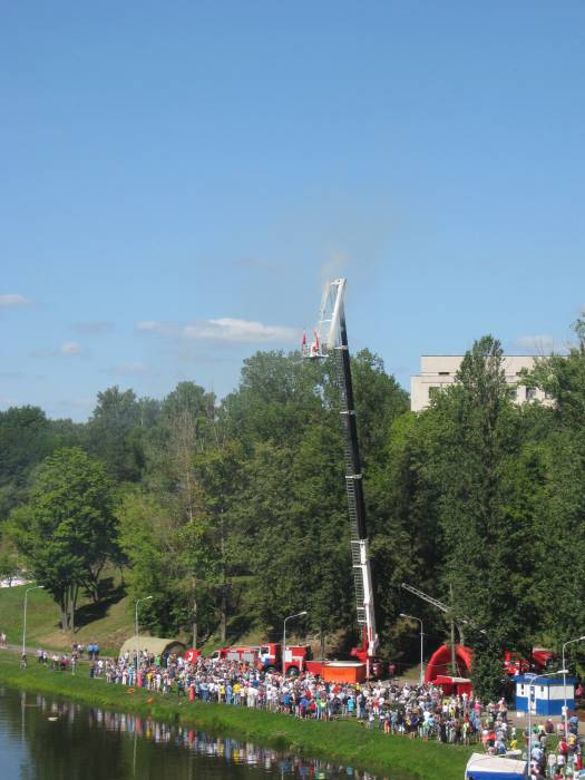После водружения флагов спасатели на тросах спустились на землю