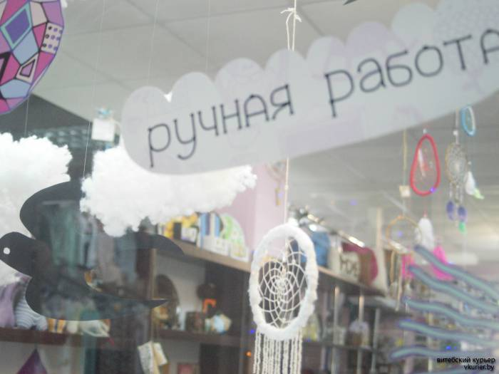 На входе в Счастливые вещи покупателей встречают стрижи