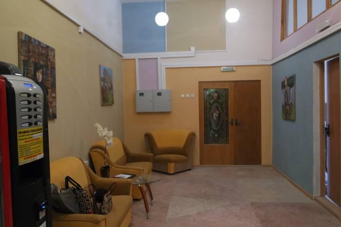 Уютный холл творческого центра, здесь находятся кулер и кофейный аппарат