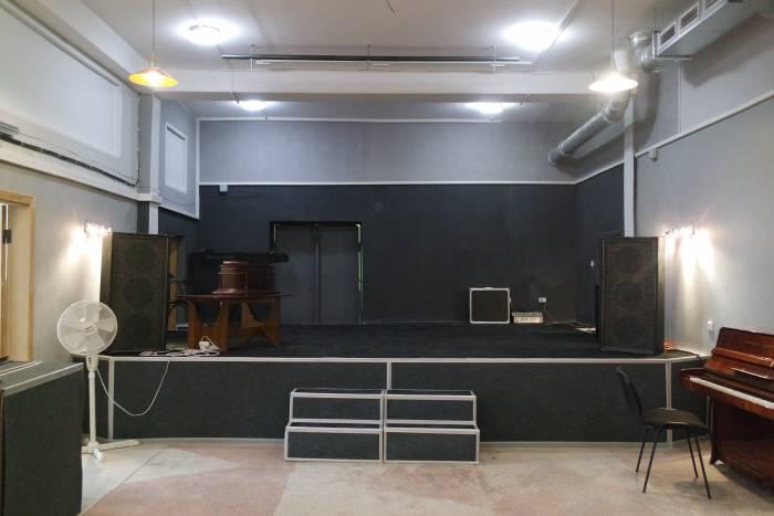 Сцена в концертном зале
