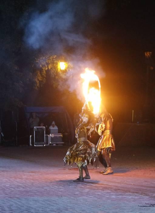 Шуты огненным шоу провозглашают,что браки свершаются на небесах