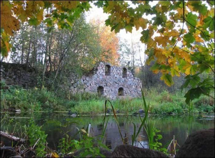 Еще несколько лет назад руины мельницы выглядели вот так. Источник: http://fsk-urozhay.by/index.php/turisticheskij-punkt/dostoprimechatelnosti-rajona/mazolovo