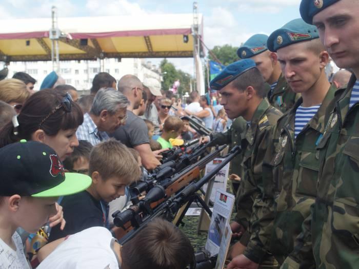 Пистолеты,пулеметы, автоматы, снайперские винтовки - этот арсенал рассчитан на выполнение задач любой сложности. Фото Романа ершова