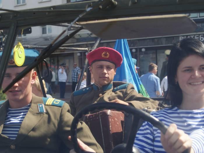 Был в истории период, когда головным убором советского воина-десантника был малиновый берет. Фото Романа Ершова
