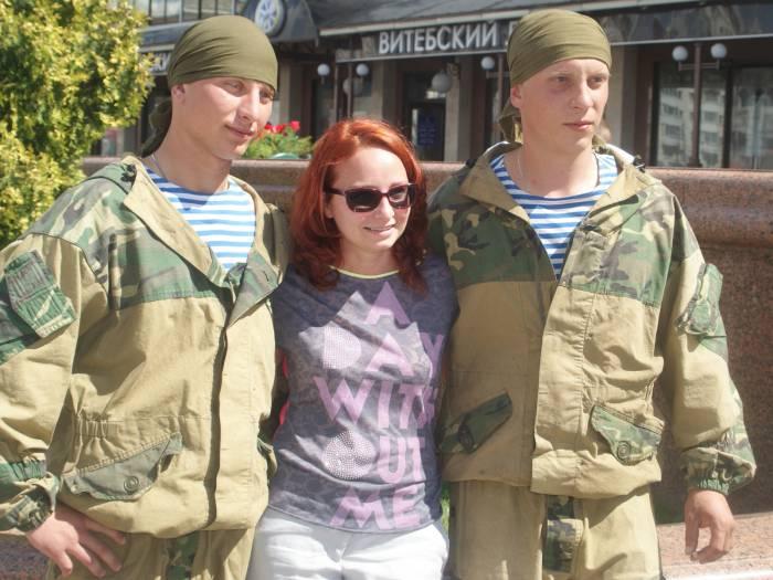 Вот эта симпатичная девушка решительно прервала наше интервью, чтобы ... сфотографироваться с гвардейцами-десантниками!