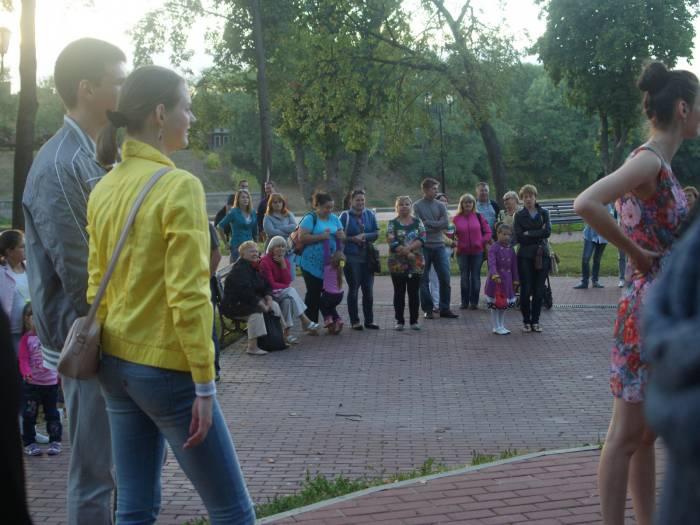 Не все приняли участие в танцах, но наблюдали с интересом