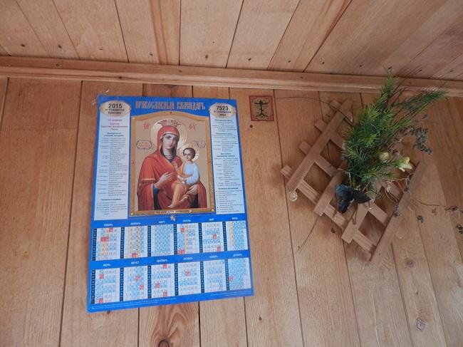 В пчелином домике все атрибуты православия.