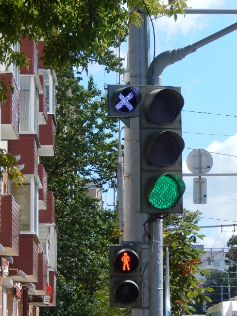 Реверсивный светофор у областного диагностического центра.