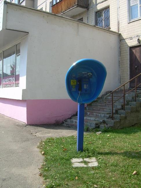 На городских улицах еще в конце века прошлого телефонные будки были делом обычным!
