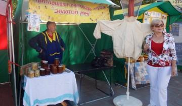 Иван Саенко предлагает свой мед.