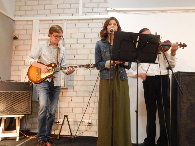 Поет Мария Стрикалева.