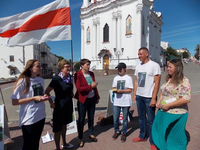 Татьяна Короткевич с членами своей инициативной группы в Витебске