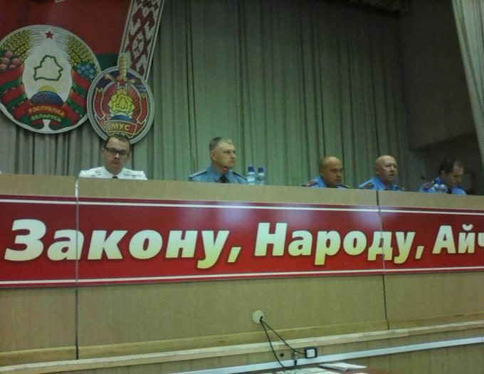 На вопросы отвечает генерал-майор Сенько В.С. (на снимке - второй слева)