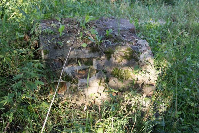 Остатки стен из кирпича