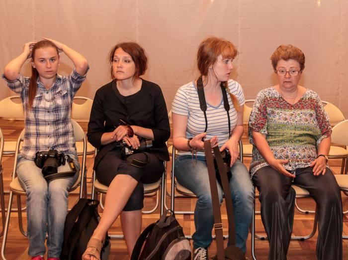 Светлана Пожарская (на снимке - справа) со своими подопечными. Фото Владимира Васильева