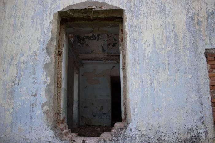 В окно видно всю разруху, царящую внутри дома