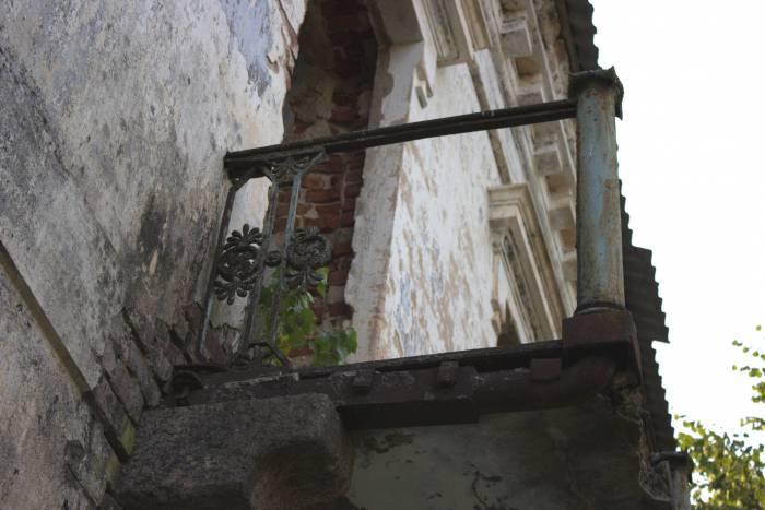 """Балкончик сохранил еще декоративные элементы, трудно представить насколько красивым он был """"при жизни"""""""