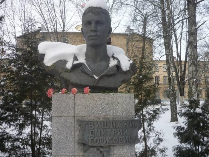 Памятник на Аллее Воинской Славы в Военной академии РБ. Фото из личного архива Бориса Гвишиани