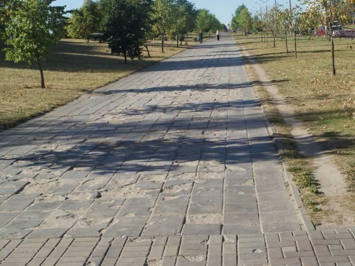 Участок тротуара возле Ледового дворца, на горизонте виднеется велодорожка