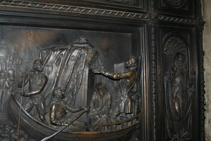 Пётр I перевозит мощи Александра Невского в Санкт-Петербург. Скульптура на двери Исаакиевского собора