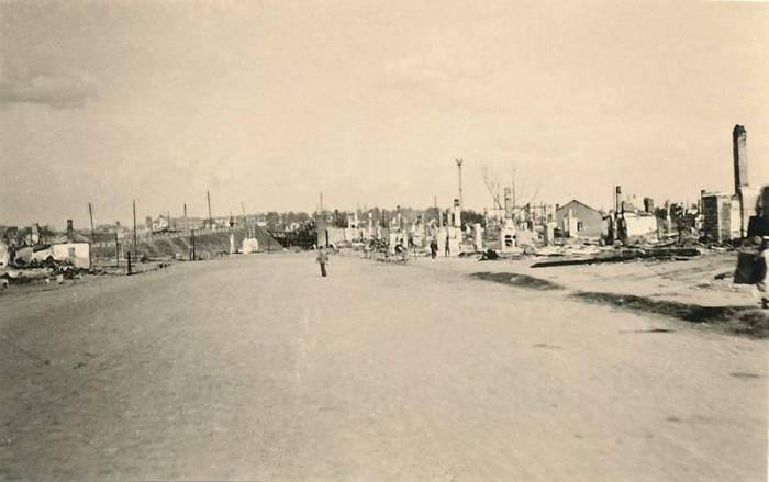 Полоцкая улица в 1941 — 1944 годах. Впереди разрушенный путепровод через железнодорожные пути.