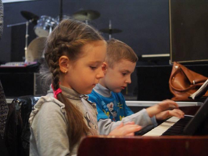 Некоторые дети очень увлеклись таким серьёзным видом творчества, как игра на пианино