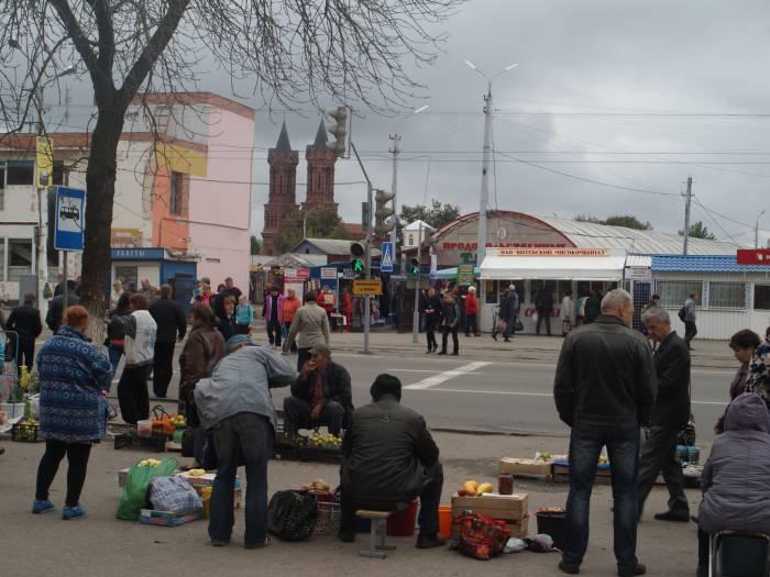 Полоцкий рынок напротив блошиного