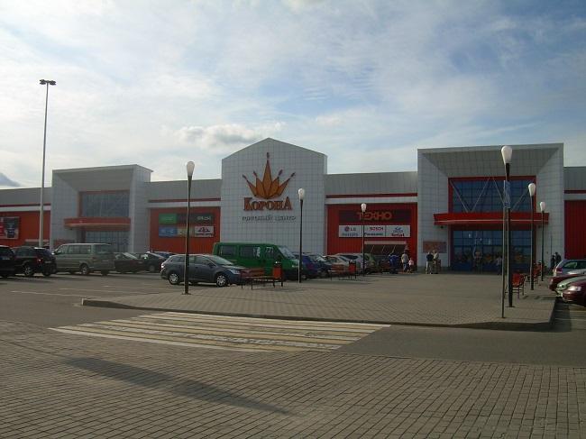 Гипермаркет на городской окраине.