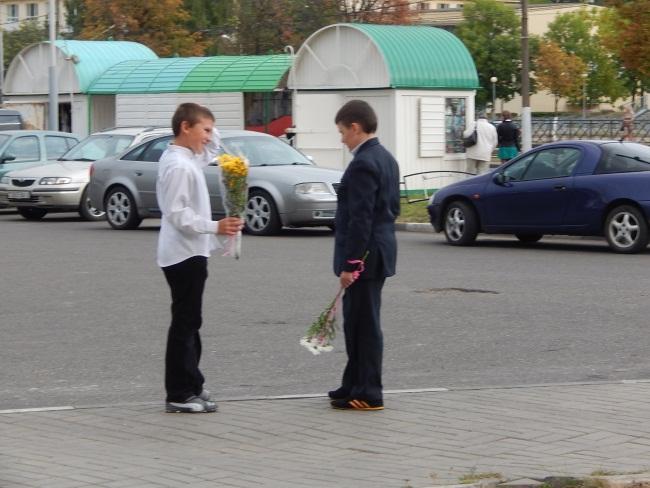 Кому бы из учителей цветы подарить?