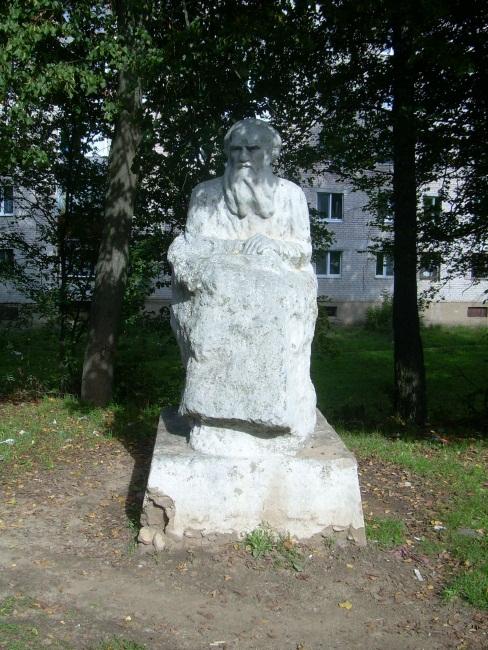 Памятник писателю на городской окраине.