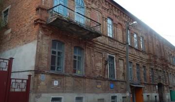 Дом № 13. Фасад еще держится, балкон разрушается.
