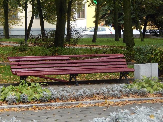 Бесславные лавочки в парке Партизанской славы