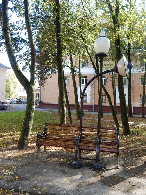 А эта скамейка - для тех, кто любит ночную романтику