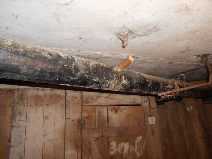 Провисшая пластиковая канализационная труба из-за контруклона часто засоряется