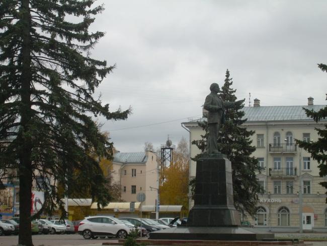 Ленин на площади по-прежнему жив