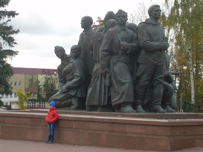У мемориального комплекса на площади Победы