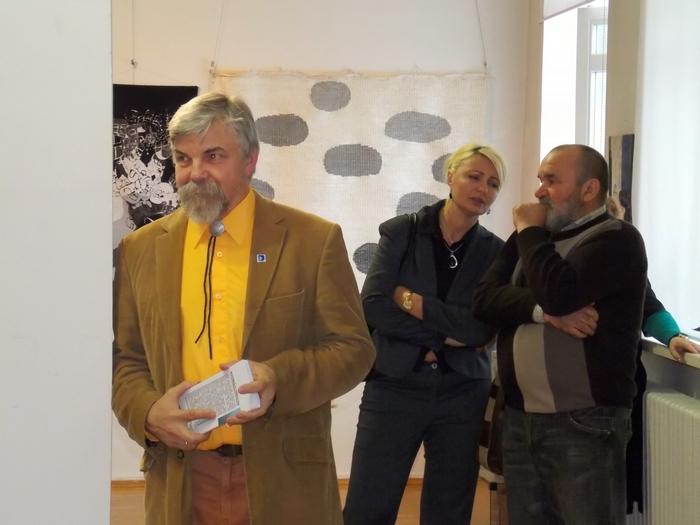 Куратор выставок Михаил Цыбульский, декан витебского худграфа Юлия Беженарь и художник Николай Таранда