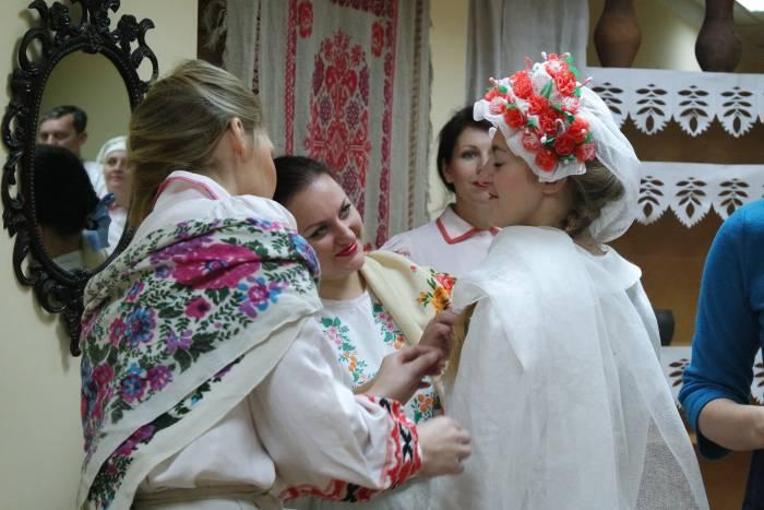 Подружки собирают молодую к венцу